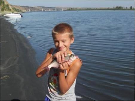 Юный рыбак Денис Санеев