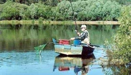 Где ловить плотву с лодки