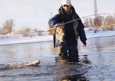 При ловле на спиннинг зимой используются более мелкие приманки, в отличии от летнего времени