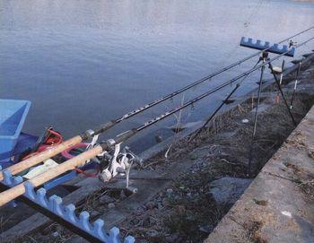 Непосредственно на водоеме, можно использовать специальные подставки