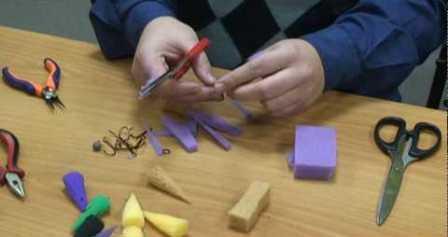 Для изготовления поролоновой приманки нужно минимум инструментов и материалов