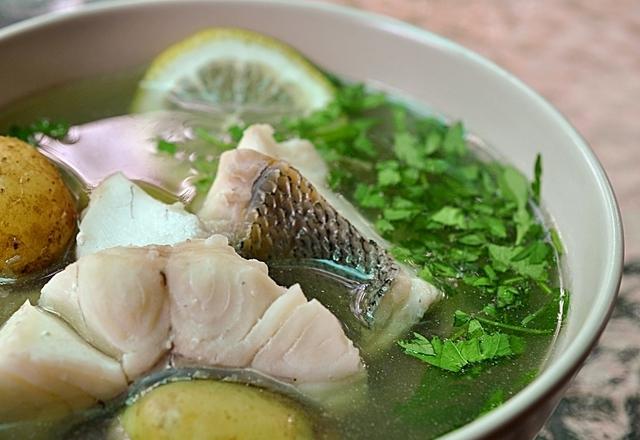 Тройную уху готовят из трех видов рыбы. Иногда бульон варят из одной рыбы, а затем просто добавляют в нее филе двух других рыб, но можно использовать при варке сразу три вида