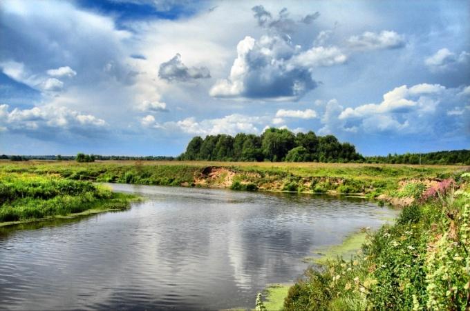 Речка Сестра сравнительно небольшая. Около деревни Карманово, там, где мы с моими друзьями постоянно ловим рыбу, она достигает ширины 80-90 метров