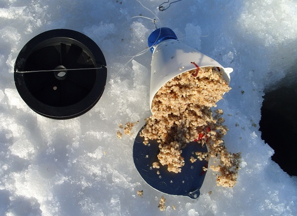 При ловле пескаря не обойтись без прикормки