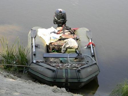 Наличие мотора на лодке, для реки, особенно при сильном течении - желательно