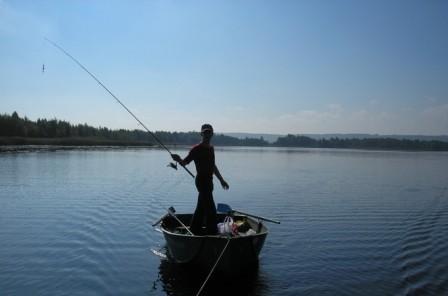 С лодки на реке можно успешно ловить зная рельеф дна